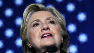 المرشحة الديمقراطية للرئاسة هيلاري كلينتون في كلمة لها خلال تجمع انتخابي في 'المركز المجتمعي ديكرسون' في 29 أكتوبر، 2016، في دايتونا بيتش، فلوريدا.  (AFP PHOTO / Jewel SAMAD)