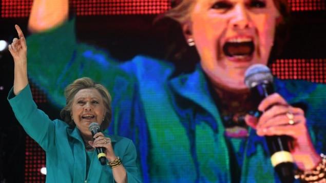 المرشحة الديمقراطية للرئاسة هيلاري كلينتون في كلمة لها خلال حفل 'أخرجوا للتصويت' في 'مدرج بايفرونت بارك' في ميامي بولاية فلوريدا، 29 أكتوبر، 2016. ( AFP PHOTO / Jewel SAMAD)
