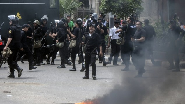 شرطة مكافحة الشغب المصرية تفرق طلابا مناصرين لجماعة الإخوان المسلمين والرئيس الإسلامي المخلوع محمد مرسي، خلال اشتباكات في إعقاب تظاهرة في جامعة القاهرة في 15 ديسمبر، 2014. (AFP/Mahmoud Khaled/File)