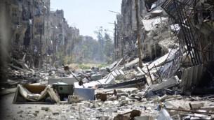 صورة تظهر آثار الدمار في مخيم اليرموك للاجئين الفلسطينيين في العاصمة السورية دمشق، 6 أبريل، 2015. (AFP/STR)