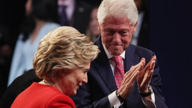 المرشحة الديمقراطية للرئاسة الامريكية هيلاري كلينتون مع زوجها، الرئيس الامريكي السابق بيل كلينتون، بعد المناظرة الرئاسية مع منافسها الجمهوري دونالد ترامب، 25 سبتمبر 2016 (Spencer Platt/Getty Images/AFP)