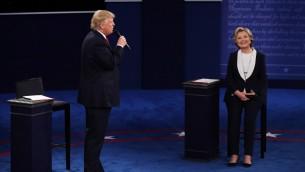المرشحة الديمقراطية هيلاري كلينتون والمرشح الجمهوري دونالد ترامب خلال المناظرة الرئاسية الثانية التي أجريت في جامعة واشنطن في ميسوري، 9 اكتوبر 2016 (Win McNamee/Getty Images/AFP)
