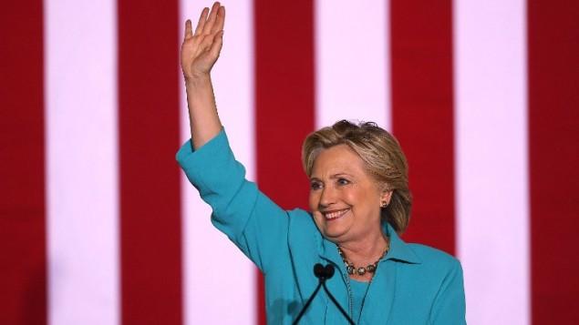 المرشحة الديمقراطية للرئاسة هيلاري كلينتون في كلمة لها خلال تجمع انتخابي في 'المركز المجتمعي ديكرسون' في 29 أكتوبر، 2016، في دايتونا بيتش، فلوريدا. (Joe Raedle/Getty Images/AFP)