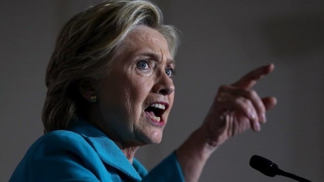 المرشحة الديمقراطية للرئاسة هيلاري كلينتون في كلمة لها خلال تجمع انتخابي في 'المركز المجتمعي ديكرسون' في 29 أكتوبر، 2016، في دايتونا بيتش، فلوريدا.  (Justin Sullivan/Getty Images/AFP)