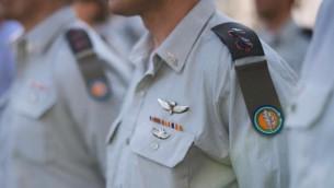"""جنود إسرائيليون يضعون علامة """"القوات البرية"""" الجديدة بعد دمجها مع """"المديرية التكنولوجية واللوجستية"""" في سبتمبر 2016.  (Ground Forces/Facebook)"""