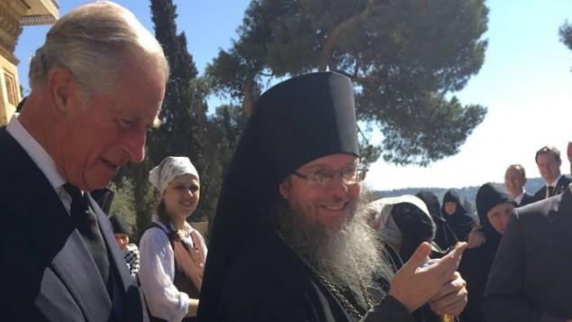 ولي العهد البريطاني الأمير تشارلز (من اليسار) في كنيسة 'مريم المجدلية' في 30 سبتمبر، مع الأرشمندريت رومان كرازوفسكي، رئيس البعثة الكنسية الروسية في القدس. (Facebook photo)
