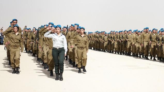 صورة للتوضيح: جنديات من سلاح المدفعية خلال حفل في 25 فبراير، 2015.  (IDF Spokesperson's Unit/Flickr)