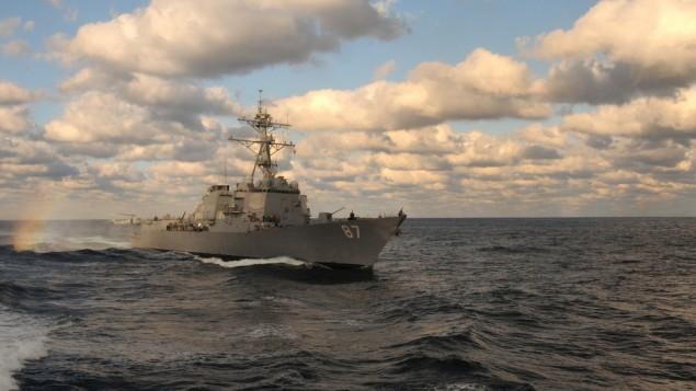 """المدمرة الامريكية """"يو اس اس مايسون""""، 14 يناير 2011 (US Navy/Anna Wade)"""