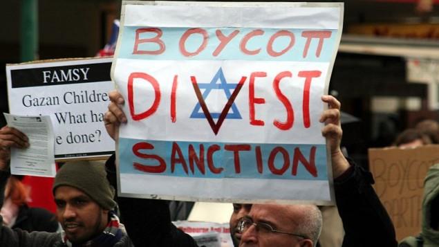 متظاهرون يدعون إلى مقاطعة إسرائيل في ملبورن. (CC-BY SA Takver/Wikimedia Commons)