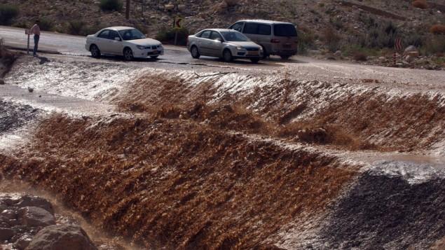 صورة توضيحية: في منطقة البحر الميت، المنطقة الأكثر انخفاضا على وجة الأرض بارتفاع 400 متر تحت سطح البحر، مياه فيضانات موحله على الطريق بالقرب من كيبوتس عين جدي، 4 فبراير، 2007. (Yossi Zamir/Flash 90)
