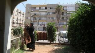 سيدة تقوم بنشر ثياب في مدينة اللد، 22 سبتمبر، 2011. (Yossi Zamir/Flash90)