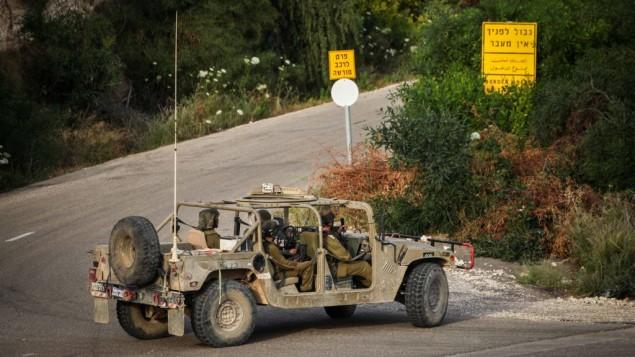 صورة للتوضيح: جنود إسرائيليون يقومون بدورية بالقرب من الحدود الإسرائيلية مع لبنان، 1 مايو، 2013. (Avishag Shaar Yashuv/FLASH90)