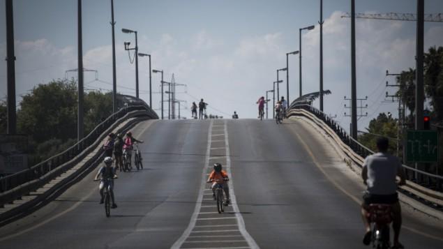 إسرائيليون يركبون الدراجات النارية في شوارع خالية خلال يوم الغفران (Hadas Parush/Flash 90)