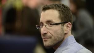 عضو الكنيست إيتسيك شمولي (حزب العمل) خلال مؤتمر في تل أبيب، 14 ديسمبر، 2014. (Tomer Neuberg/Flash90)
