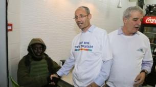 دافيدي بيرل، رئيس المجلس الإقليمي غوض عتصيون، في متجر محلي في 9 نوفمبر، 2015. (Gershon Elinson/Flash90)