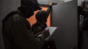 صورة توضيحية: جنود إسرائيليين يأخذون مقاسات منزل منفذ هجوم تحضيرا لهدمه، 28 نوفمبر، 2015. (IDF Spokesperson's Unit)