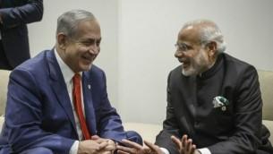 رئيس الوزراء بينيامين  نتنياهو خلال لقاء بنظيره الهندي ناريندرا مودي (من اليسار) على هامش مؤتمر الأمم المتحدة لتغير المناخ ال21، في لو بورجية، في ضواحي باريس، 30 نوفمبر، 2015. (Amos Ben Gershom/GPO)