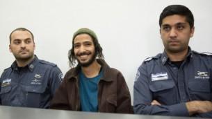 ياكير أشبل (وسط الصورة)، العريس مم حفل الزفاف الذي أصبح يُعرف ب'زفاف الكراهية'، يمثل أمام محكمة الصلح في القدس في 31 ديسمبر، 2015، بعد اعتقاله بشبهة التحريض العنصري خلال حفل زفافه. (Flash90).
