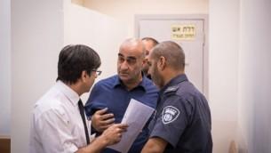 رئيس مجلس جولس المحلي، سلمان عامر، في محكمة في ريشون لتسيون بعد إطلاقه النار على مقاول بستنة أمام مبنى المجلس وقتله، في 5 سبتمبر، 2016. (Nati Shohat/Flash90)