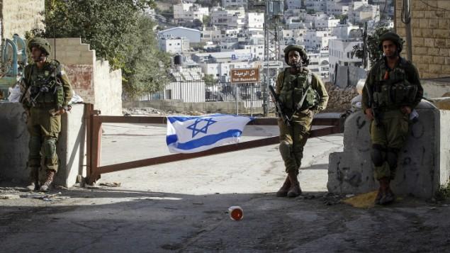 صورة توضيحية: الجنود الإسرائيليون يحرسون حاجزا في مدينة الخليل في الضفة الغربية، 21 سبتمبر، 2016. (Wisam Hashlamoun/Flash90)
