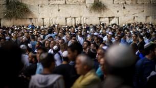 مصلون أمام الحائط الغربي في البلدة القديمة بمدينة القدس، 6 اكتوبر 2016 (Sebi Berens/Flash90)