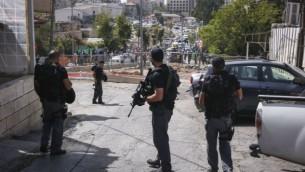 القوات الإسرائيلية في موقع هجوم في حي الشيخ جراح في القدس الشرقية، 9 أكتوبر، 2016. (Shlomi Cohen/Flash90)