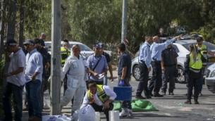 قوات الأمن الإسرائيلية في موقع هجوم إطلاق النار في حي الشيخ جراح في القدس الشرقية في 9 أكتوبر، 2016. (Shlomi Cohen/Flash90)