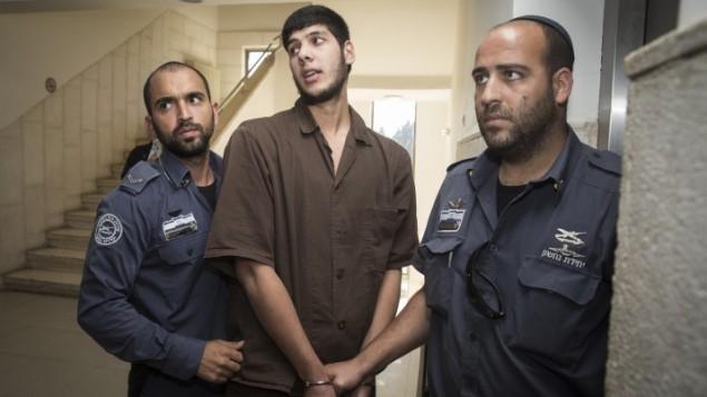 محمد جولاني (22 عاما)، من مخيم شعفاط في القدس الشرقية بطريقه الى المحكمة المركزية في القدس لتوجيه لائحة اتهام ضده لتخطيطه هجوم ضخم في المدينة، 11 اكتوبر 2016 (Hadas Parush/Flash90)