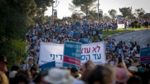 مئات النساء من حركة 'نساء يصنعن السلام' يشاركن في مسيرة من أجل السلام في القدس، 19 أكتوبر، 2016. (Hadas Parush/Flash90)
