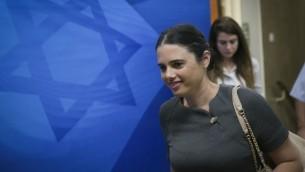 وزيرة العدل ايليت شاكيد تصل الجلسة الاسبوعية للحكومة في مكتب رئيس الوزراء في القدس، 30 اكتوبر 2016 (Ohad Zwigenberg)