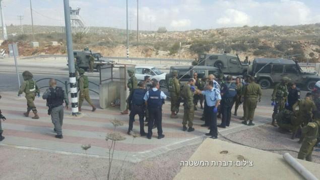 قوات امن اسرائيلية في ساحة محاولة هجوم طعن في مفرق تابوح بالضفة الغربية، 19 اكتوبر 2016 (Israel Police)