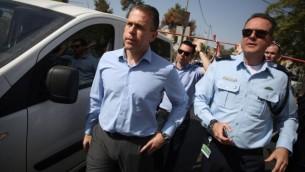 وزير الامن العام جلعاد اردان في موقع هجوم بالقدس، 9 اكتوبر 2016 (Hadas Parush/Flash90)