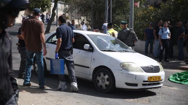 عناصر الشرطة في موقع هجوم إطلاق نار بالقرب من مقر الشرطة في القدس، 9 أكتوبر، 2016 (Hadas Parush/Flash90)