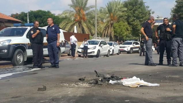 سقوط صاروخ أُطلق من غزة في شارع داخل مدينة سديروت الإسرائيلية، 5 أكتوبر، 2016. (الشرطة الإسرائيلية)