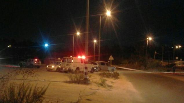 الطواقم الطبية تصل إلى مكان هجوم إطلاق النار ضد جنود إسرائيليين عند حاجز قريب من رام الله، 31 أكتوبر، 2016. (Magen David Adom)