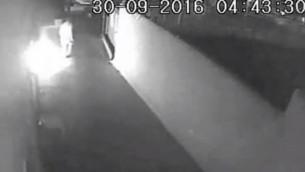 صورة من كاميرات الأمن تظهر زبونا مستاءيضرم النار في مطعم في مدينة نتانيا، 20 سبتمبر، 2016. (لقطة شاشة: القناة 2)