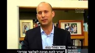 رئيس حزب البيت اليهودي نفتالي بينيت خلال مقابلة أجرتها معه القناة 2 في 8 أكتوبر، 2016. (لقطة شاشة: القناة 2)