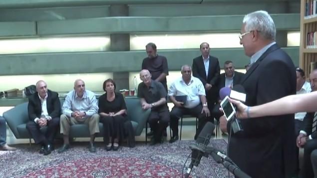 بعثة من 20 رئيس مجلس عربي يقدمون التعازي لعائلة بيرس في مركز بيرس للسلام في يافا، 2 اكتوبر 2016 (Screenshot/Ynet)