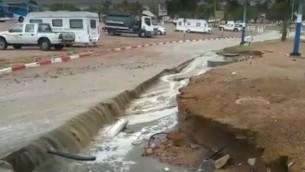 انهيار جزئي لطريق في مدينة إيلات في 28 أكتوبر، 2016، جراء سقوط كميات كبيرة من الأمطار. (لقطة شاشة: YouTube)