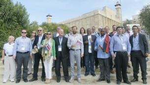 مجوعة من 15 نائب برلماني من جميع أنحاء العالم في صورة جماعية أمام كهف البطاركة (الحرم الإبراهيمي) في الخليل، 19 أكتوبر، 2016. (Avi Hayun)