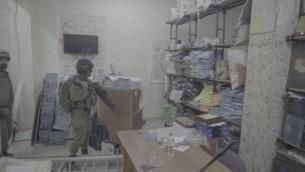 جنود داخل مطبعة يقول الجيش الإسرائيلي أنها قامت بطباعة ملصقات ومواد أخرى مؤيدة لهجمات ضد الإسرائيليين، في الرام في الضفة الغربية، 19 أكتوبر، 2016. (IDF Spokesperson)
