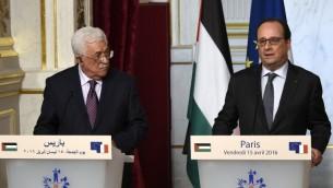 رئيس السلطة الفلسطينية محمود عباس والرئيس الفرنسي فرانسوا هولاند خلال مؤتمر صحفي مشترك بعد لقائهما في قصر الالزيه، 15 ابريل 2016 (AFP/Dominique Faget)
