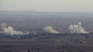 الدخان يتصاعد من قرية جباتا الخشب السورية، حيقث قامت طائرات إسرائيلية بقصف مواقع للجيش السوري بعد أن أصابت نيران طائشة من الحرب الأهلية السورية الجانب الإسرائيلي من الجولان، 10 سبتمبر، 2016. (AFP/Jalaa Marey)