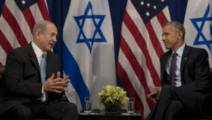 الرئيس الأمريكي باراك أوباما، من اليمين، في حديث مع رئيس الوزراء الإسرائيلي بينيامين نتنياهو خلال لقاء ثنائي في نيويورك، 21 سبتمبر، 2016. (AFP/Jim Watson)
