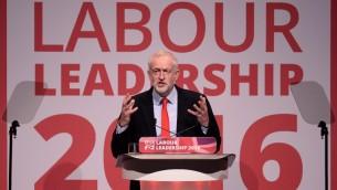 جيرمي كوربن خلال خطاب بعد اعادة انتخابه كرئيس حزب العمال البريطاني، في ليفربول، 24 سبتمبر 2016 (AFP PHOTO/OLI SCARFF)