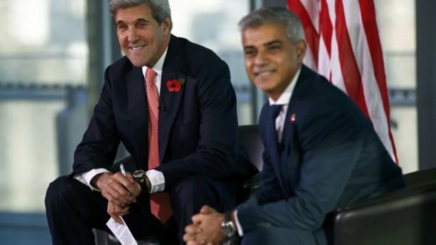 وزير الخارجية الأمريكي جون كيري (من اليسار) ورئيس بلدية لندن صادق خان (من اليمين) يشاركان في حدث في بلدية لندن، 31 أكتوبر، 2016. (AFP PHOTO / POOL / PETER NICHOLLS)