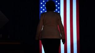 المرشحة الديمقراطية لرئاسة البيت الأبيض، هيلاري كلينتون، تغادر المنصة بعد مهرجان إنتخابي في سانفورد بولاية فلوريدا، 1 نوفمبر، 2016.  (AFP PHOTO / JEWEL SAMAD)