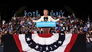 المرشحة الديمقراطية للرئاسة الأمريكية هيلاري كلينتون في كلمة لها خلال مهرجان إنتخابي في فورت لودرديل، فلوريدا، 1 نوفمبر، 2016. (AFP PHOTO / Jewel SAMAD)