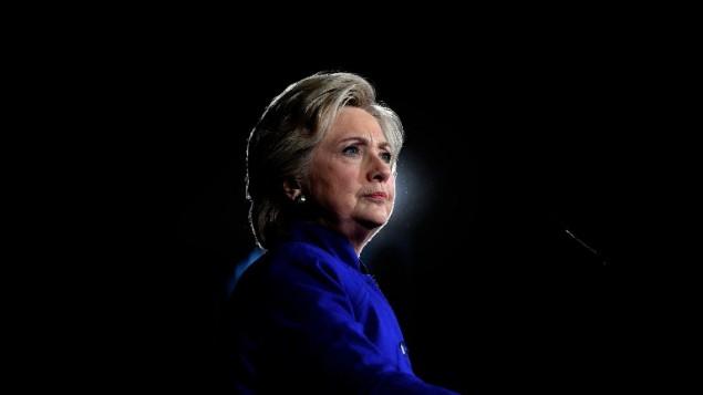 المرشحة الديمقراطية للرئاسة هيلاري كلينتون في كلمة لها خلال تجمع انتخابي في اريزونا، 2 نوفمبر 2016 (AFP/JEWEL SAMAD)