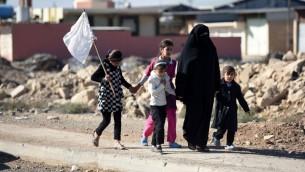 مدنيون يغادرون احدى الضواحي الشرقية لمدينة الموصل العراقية خلال عملية استعادتها من تنظيم الدولة الإسلامية، 3 نوفمبر 2016 (BULENT KILIC / AFP)